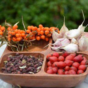 Aromatyczne Połączenie Owoców Rokitnika, Czarnej Jagody, Głogu, Czosnku I Papryczki Chili. Kompozycja Dla Zdrowego Serca, Mocnych żył. Złote Krople