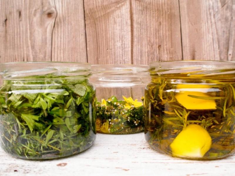 Ziołowe maceraty olejowe leczą, urozmaicają kuchnię i służą utrzymaniu naszego piękna. W oleju możesz macerować, czyli rozmiękczać liście
