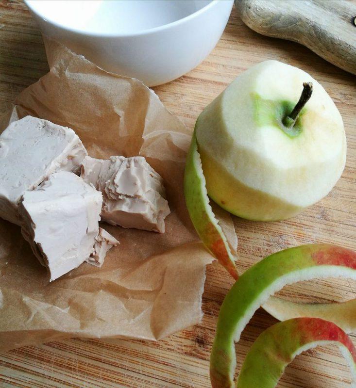 Drożdże i jabłko - składniki maseczki.